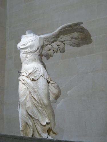 Victoire_de_Samothrace_-_vue_de_trois-quart_gauche,_gros_plan_de_la_statue_(2).jpg